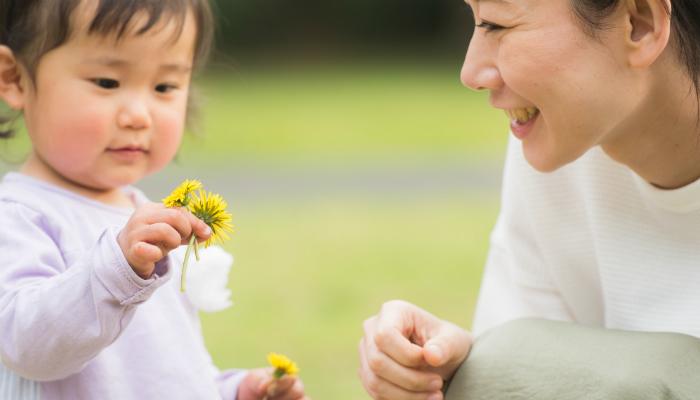 花を摘む母子