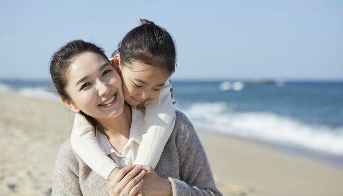 海岸で遊ぶ母子