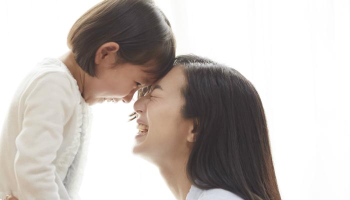 笑い合う母子