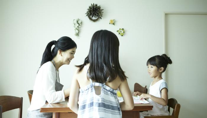 食卓を囲む母子