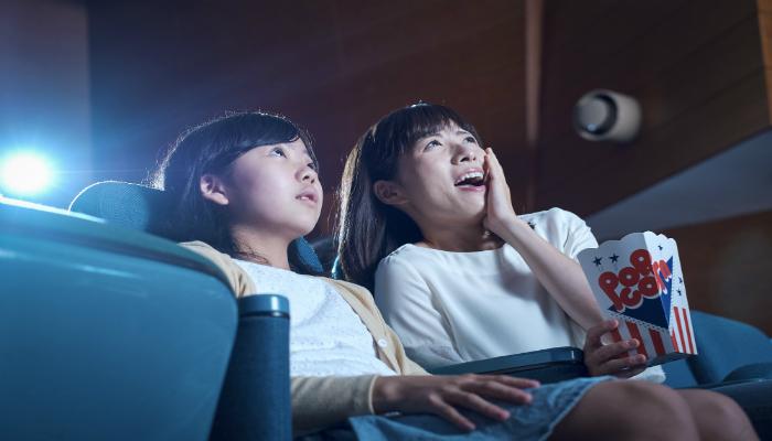 映画鑑賞する親子