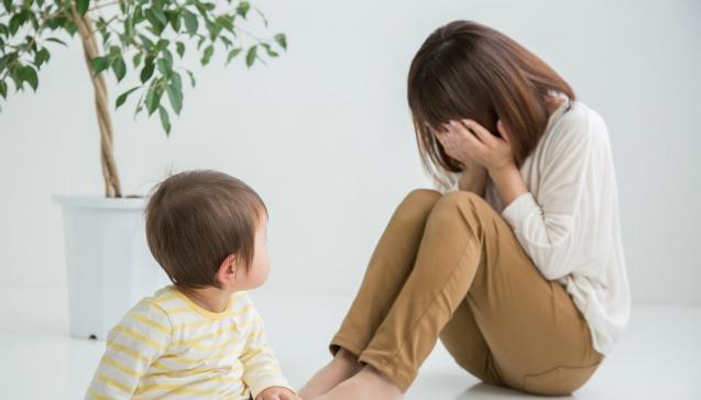 悲しむシングルマザー