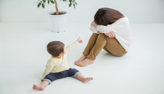 抱え込む母親