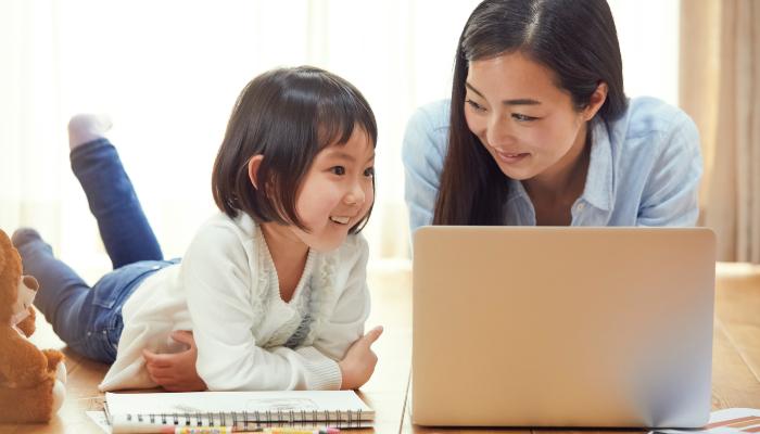 PCを眺める親子