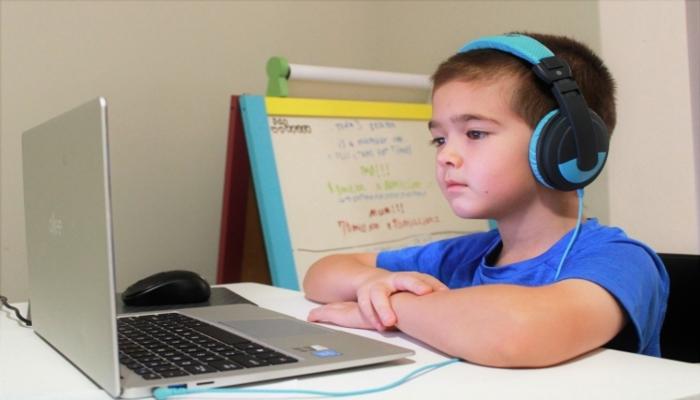 オンライン学習をする男児