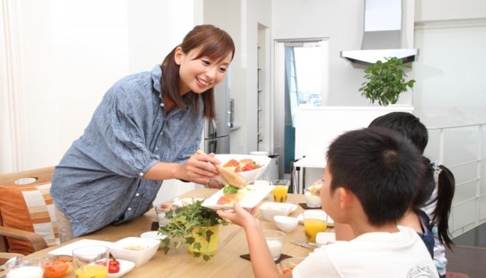 食事を囲む女性