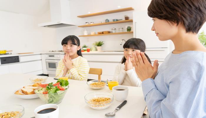 家族で食事を食べる風景