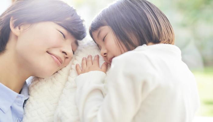 微笑む親子