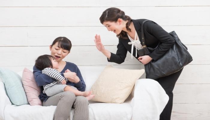 託児所に子どもを預ける母親