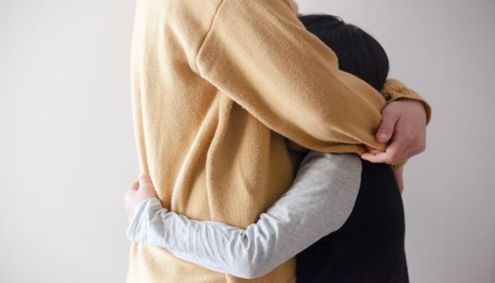 抱きしめあう親子